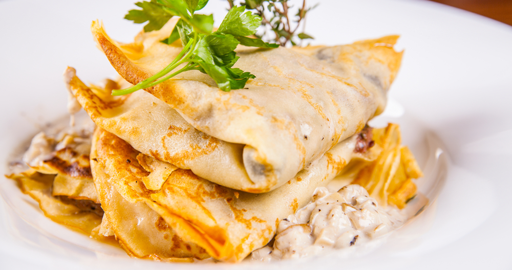 Crepas de pollo y champiñones con queso manchego y crema