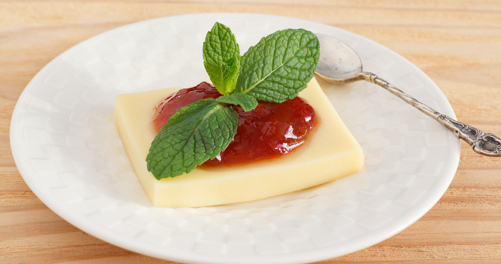 Queso panela en salsa roja